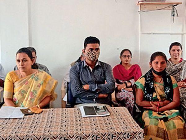સભામાં પ્રમુખ અને અધિકારીઓઅે માસ્ક ન પહેર્યું - Divya Bhaskar