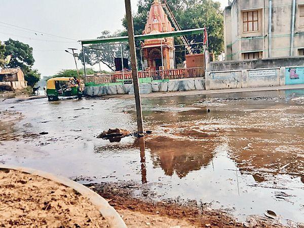 રણાસણનું ગામ તળાવ ઓવરફ્લો થતાં પાણી ગામમાં રેલાયું હતું. - Divya Bhaskar