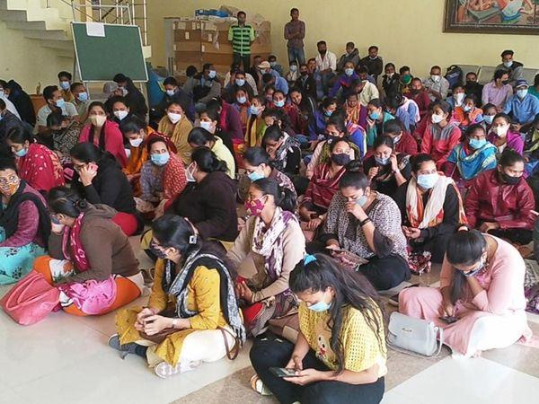 આઉટ સોર્સિંગ કર્મચારીઓ એડમિનિસ્ટ્રેશન ઓફિસના ગ્રાઉન્ડ ફલોર ઉપર ધરણાં પર બેસી ગયા - Divya Bhaskar