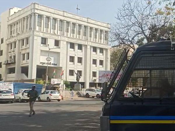 કોંગ્રેસ ભવન બહાર પોલીસ બંદોબસ્ત ગોઠવાયો - Divya Bhaskar