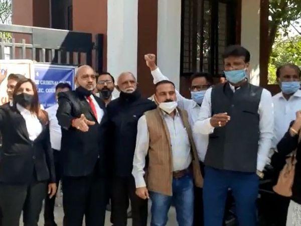ફિઝિકલી કોર્ટ શરૂ  કરવા ધરણા કરનારા વકીલોની ફાઈલ તસવીર. - Divya Bhaskar