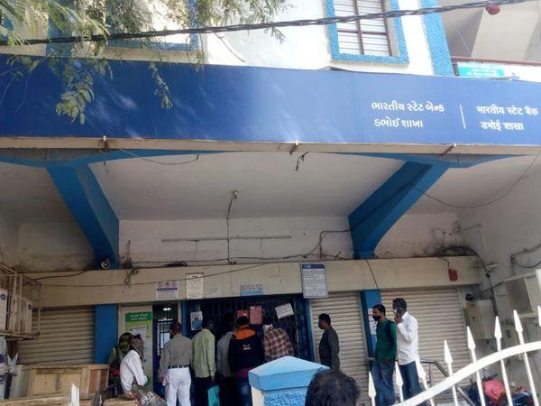 એસબીઆઈ બેંકના કર્મચારીઓને પણ ચૂંટણી ફરજમાં રોકતા શુક્રવારે તાલીમના દિવસે બેંક બંધ રહેતા પ્રજા અટવાઈ હતી. - Divya Bhaskar