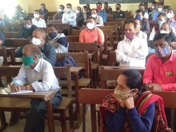 ડભોઇમાં નગરપાલિકા, તાલુકા પંચાયત અને જિલ્લા પંચાયતની યોજાનારી ચૂંટણીને લઇ ચૂંટણી ફરજ પર જનારા કર્મચારીઓના શુક્રવારથી તાલીમ વર્ગ શરૂ થયા છે. - Divya Bhaskar