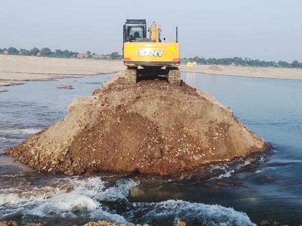 ટોઠીદરામાં નર્મદા નદીના પટમાં પાણીમાં બનાવેલા ગેરકાયદે પુલિયા ભૂસ્તર વિભાગે તોડી પાડ્યાં. - Divya Bhaskar