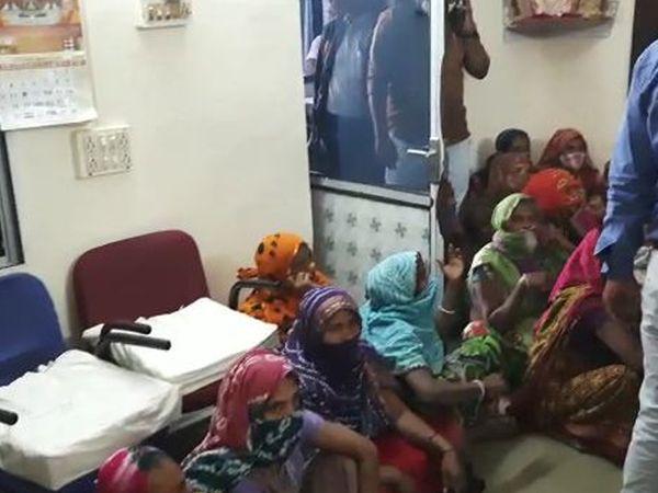 મહિલાઓએ પોલીસ સ્ટેશનમાં હલ્લાબોલ કર્યો હતો. - Divya Bhaskar