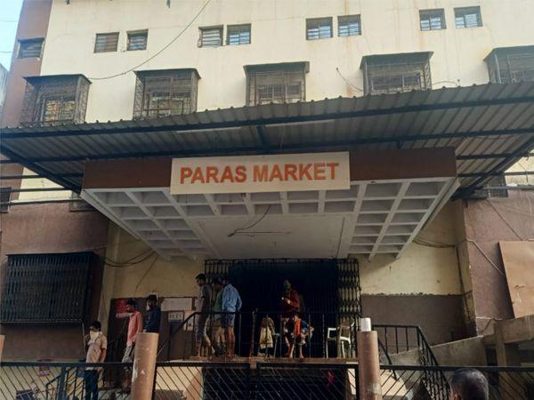 આગની જાણ થતા દુકાન માલિકો દોડી આવ્યા. - Divya Bhaskar