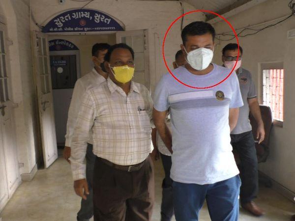 એન્ટિ કરપ્શન બ્યૂરો દ્વારા વચેટિયાને ઝડપી લઈને કાયદેસરની કાર્યવાહી હાથ ધરવામાં આવી છે. - Divya Bhaskar