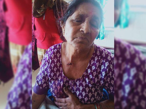 રીક્ષા ચાલકે છરીનો ઘા મારતાં વૃદ્ધાને ગળામાં ઈજા પહોંચી હતી. - Divya Bhaskar