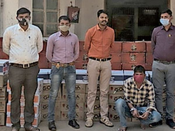 ખલતાગરબડીમાં ગાડીમાંથી 6 લાખના દારૂ સાથે એકને ઝડપી પાડ્યો હતો. - Divya Bhaskar