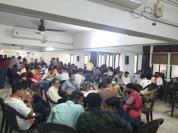 નવા ઉમેદવારોને ફોર્મનું માર્ગદર્શન આપવા ભાજપ કાર્યાલય ખાતે વકીલોની ફોજ ખડકી દેવાઇ હતી. - Divya Bhaskar