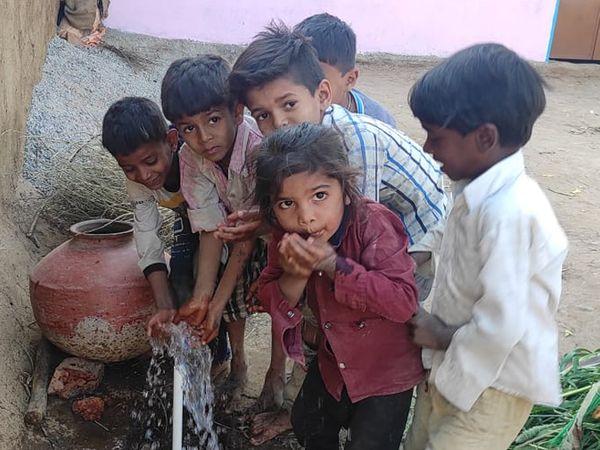 ગામમાં નળમાંથી પ્રથમવાર પાણી આપતાં પાણી પી બાળકો ખુશ ખુશ થઇ ગયા હતા. - Divya Bhaskar