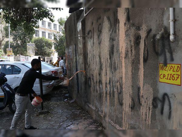 નેતાઓની વ્હાલાદવલાની નીતિના વિરોધમાં કાર્યકરે કોંગ્રેસ ઓફિસની દિવાલ પર અભદ્ર લખાણ લખ્યું - Divya Bhaskar