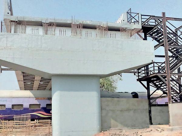 જાહેરમાર્ગ ઉપર બનતો ઓવરબ્રિજ મધ્યમાં બનાવવારહીશોએ રજૂઆત કરી હતી. - Divya Bhaskar