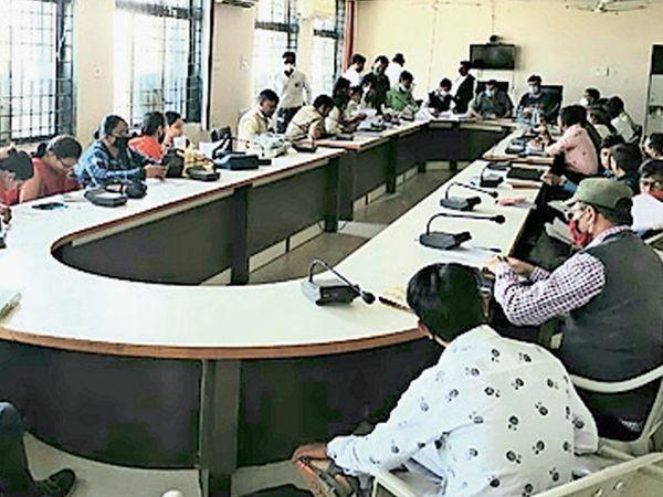નસવાડી તાલુકામાં ચૂંટણી જાહેરનામાની પ્રસિદ્ધિને અનુલક્ષીને તલાટીઓની બેઠક યોજાઈ હતી. - Divya Bhaskar