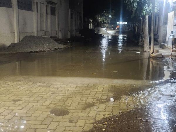 ઓચિંતું જ ગોઠણડૂબ પાણી ભરાતા લોકોને પણ કૌતુક થયું હતું. - Divya Bhaskar