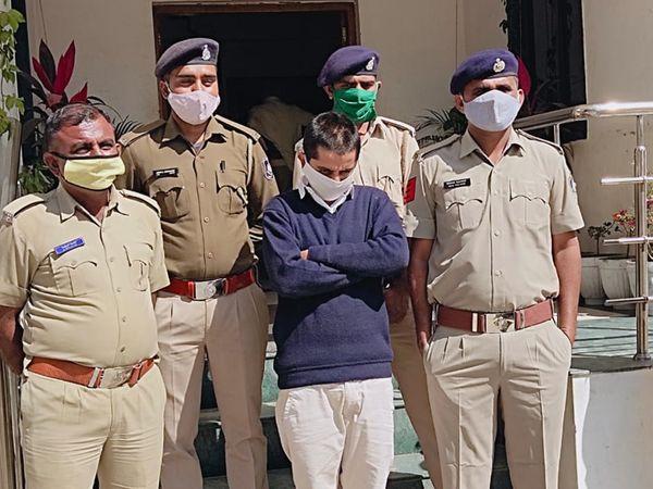 આરોપી લલિત અજબવાળી નતમસ્તકે ઊભો રહ્યો હતો - Divya Bhaskar