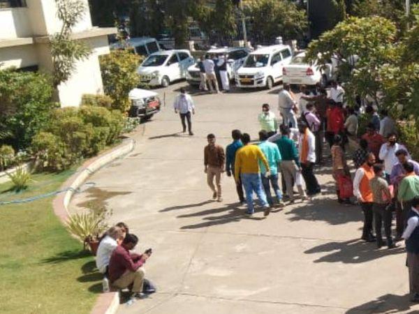 અમદાવાદમાં કલેક્ટર કચેરીએ ભાજપ અને કોંગ્રેસના આગેવાનો પહોંચ્યા - Divya Bhaskar