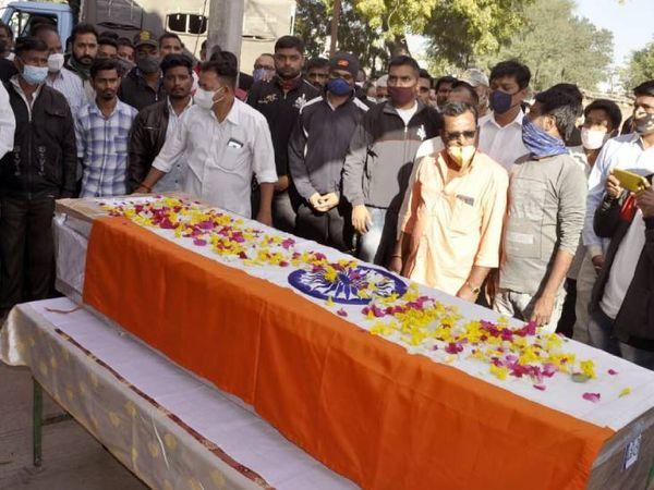 જવાનના પાર્થિવ દેહને ગાર્ડ ઓફ ઓનર આપી અંતિમ વિદાય આપવામાં આવી - Divya Bhaskar