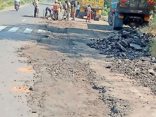 વાલોડથી ખાનપુર માર્ગ પર તુટેલ રસ્તાની મરામત હાથ ધરાઇ. - Divya Bhaskar