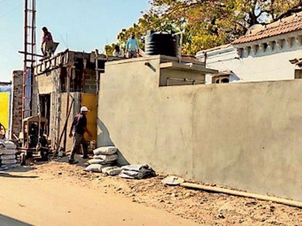 તસવીરમાં રોડ પહોળો કરવા કપાતમાં જનારા મકાનો દ્રશ્યમાન થાય છે. - Divya Bhaskar