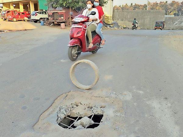 અકસ્માત નોતરી રહેલો માર્ગ વચ્ચેનો ખાડો - Divya Bhaskar