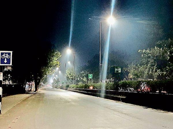 રાત્રિના સમયે શિતપ્રકોપથી મુખ્યમાર્ગો સુમસાન થઈ ગયા હતા. - Divya Bhaskar