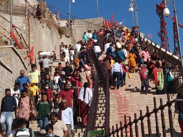 પાવાગઢમાં રવિવારે હજારો ની સંખ્યામાં યાત્રાળુઓ ઉમટી પડતા માચી સ્થિત રોપવે સેવા ઉંડનખટોલા સેવામાં બેસવા બંને બાજુ લાંબી કતારો લાગી હતી - Divya Bhaskar