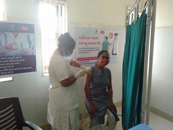 તાલુકા પ્રાથમિક શિક્ષણ અધિકારીએ કોરોના રસી લીધી હતી. - Divya Bhaskar
