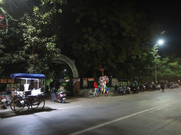 લોકોએ રોડ પર વાહનો પાર્ક કરવા પડતાં હોવાથી ટ્રાફિકજામની સમસ્યા સર્જાય છે. - Divya Bhaskar