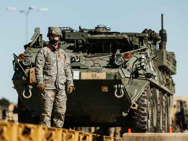 સ્ટ્રાઈકર ટેન્ક સાથે અમેરિકન સૈનિક. આ ટેન્ક મર્યાદિત વિસ્તારમાં ઝડપી હુમલો કરી શકે છે.