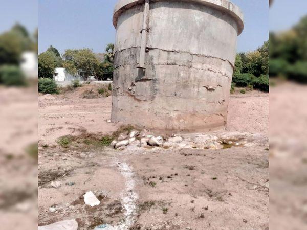 છોટાઉદેપુરમાં વોટરવર્કસ પાસે મોટા પ્રમાણમાં રેતી ખનન થતાં કૂવાની આસપાસ મોટા પ્રમાણમાં નુકસાન થવાની શક્યતા છે - Divya Bhaskar