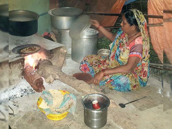 ખેડૂત મહિલા અંધારા ઉલેચી ભોજન બનાવી રહી છે. - Divya Bhaskar