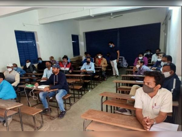 માલપુરની પીજી મહેતા હાઇસ્કૂલમાં તાલીમ યોજાઇ હતી. - Divya Bhaskar