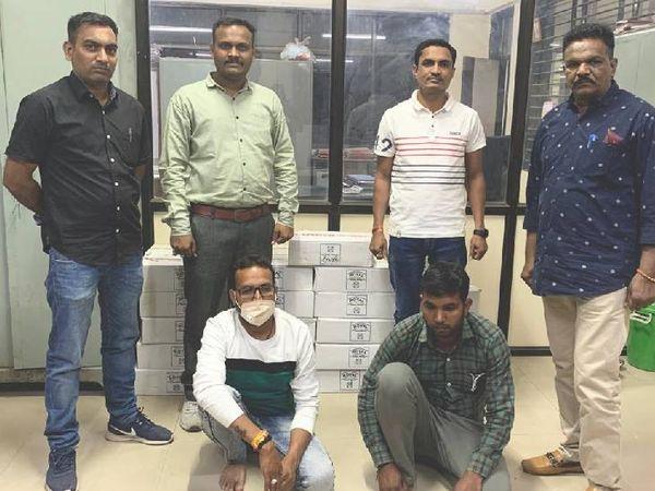 પોલીસે દારૂની હેરાફેરી કરતા 2 આરોપીઓની ધરપકડ કરીને કુલ રૂપિયા 7 લાખનો મુદ્દામાલ કબજે કર્યો - Divya Bhaskar