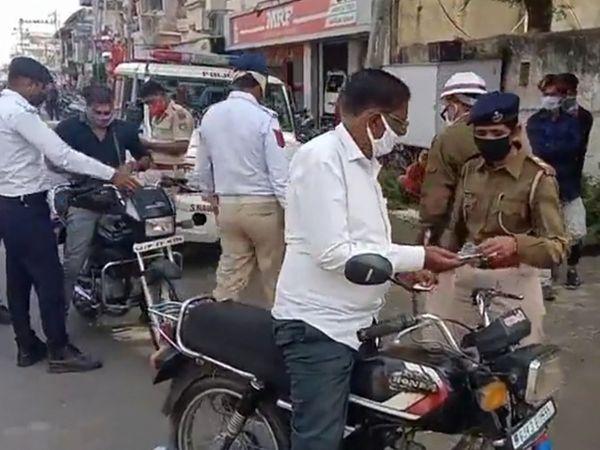 સુરેન્દ્રનગરમાં મંગળવારે પોલીસ ટીમ દ્વારા ટ્રાફિકના નિયમોને લઇને કાર્યવાહી કરાતા વાહનચાલકોમાં દોડધામ મચી હતી. - Divya Bhaskar