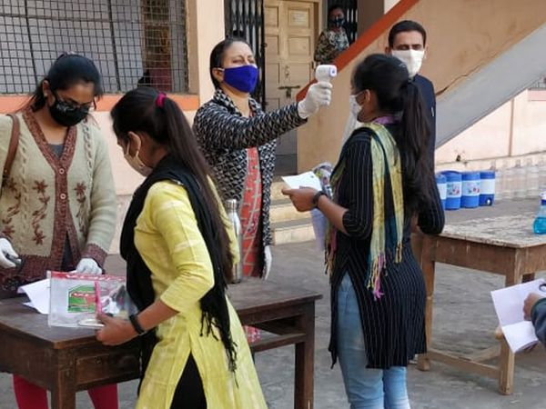સુરેન્દ્રનગરની કોલેજોમાં પ્રથમ વર્ષના છાત્રો અભ્યાસે આવ્યા હતા. - Divya Bhaskar