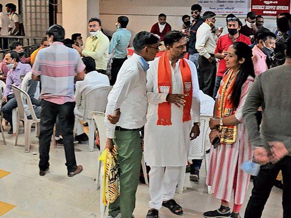મહાપાલિકાની ચૂંટણી લડવા રવિવારે ઉમેદવારોએ ફોર્મ ભર્યા હતા, જેની ચકાસણી માટે જીલ્લા સેવા સદન અને બહુમાળી ખાતે તમામ પક્ષના ઉમેદવારો પોતપોતાના સમર્થકો સાથે હાજર રહ્યા હતા. - Divya Bhaskar