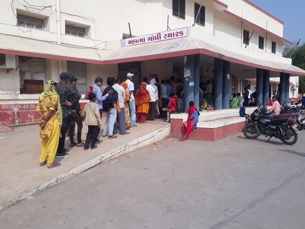 ગાંધી હોસ્પિટલમાં સારવાર માટે આવતા દર્દીઓની ભીડ જામે છે. - Divya Bhaskar