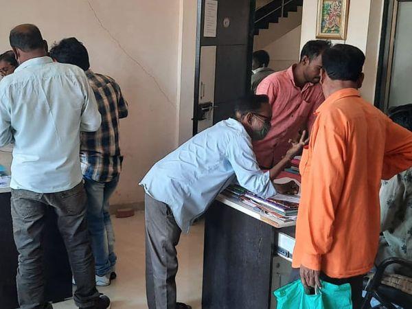 નસવાડી તાલુકા પંચાયત અને જિલ્લા પંચાયતની ચૂંટણીને લઈ ફોર્મ લેવા ઉમેદવારનો ઘસારો. - Divya Bhaskar