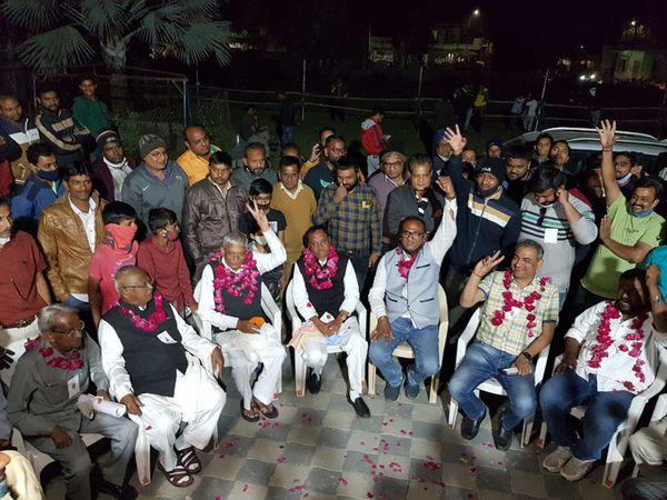 પાદરા નાગરિક સહકારી બેન્કની યોજાયેલી ચૂંટણીમાં  કાલિદાસ ગાંધી અને દિનુમામા પ્રેરિતની ભાજપની પેનલના 11 ઉમેદવારોનો વિજય થયો હતો. - Divya Bhaskar