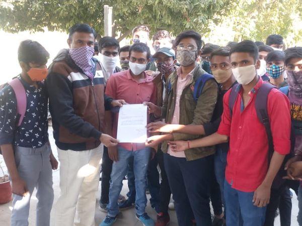 ડીસા કોલેજના વિદ્યાર્થીઓએ આચાર્યને સોમવારે આવેદન પાઠવ્યું હતું. - Divya Bhaskar