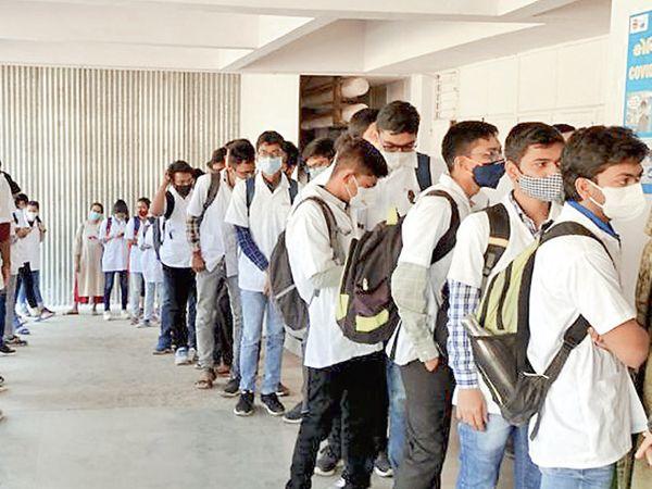 બી.જે. મેડિકલ કોલેજના 197 વિદ્યાર્થીઓએ કોરોનાની રસી લીધી હતી. આ સાથે કુલ 642 હેલ્થ વર્કરોએ રસી મુકાવી હતી. બી.જે. મેડિકલ કોલેજ ખાતે પણ વેક્સિનેશન કેન્દ્ર શરૂ કરાયું છે. - Divya Bhaskar