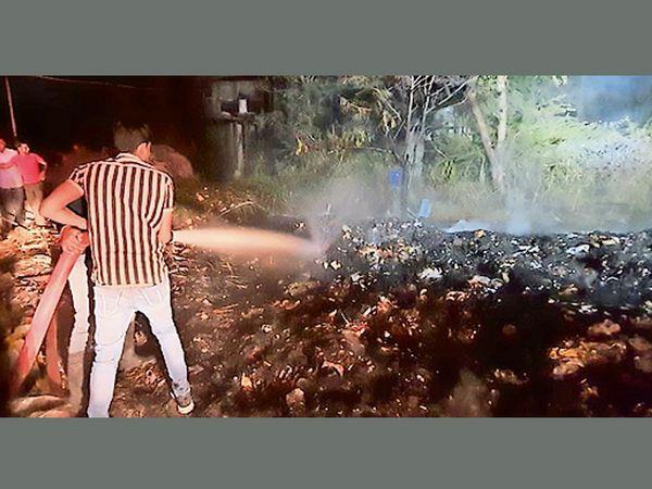 ફાયરના જવાનોએ આગ પર કાબૂ મેળવ્યો હતો. - Divya Bhaskar