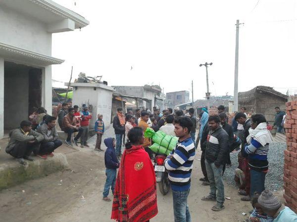 ઈચ્છાનગર ગામમાં લોકોની ભીડ ભેગી થઈ છે. જેમ જેમ સમય વીતી રહ્યો છે તેમની આશા તૂટતી જઈ રહી છે.