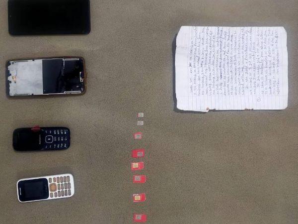 પોલીસે આરોપી પાસેથી મોબાઈલ, સીમકાર્ડ અને હિસાબની કાપલીઓ કબજે કરી છે