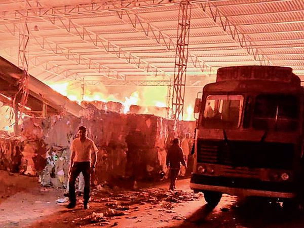 આગના પગલે ફાયર ફાયટરો ઘટના સ્થળે - Divya Bhaskar