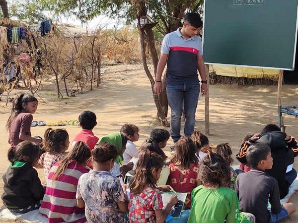 યુવક દર રવિવારે સ્લમ વિસ્તારના 40 બાળકોને અભ્યાસ કરાવે છે. - Divya Bhaskar