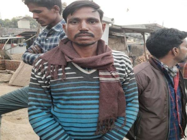 આ લાલતા પ્રસાદ છે. તેના 19 વર્ષના દીકરા અવધેશની લાશ મળી આવી છે. જોકે ગામવાળાએ હાલ દુઃખદ સમાચાર નથી આપ્યા.