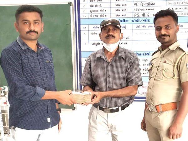 પોલીસે પૈસાની બેગ મૂળ માલિકને પરત કરી - Divya Bhaskar