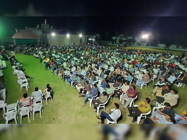 બુધવારે રાત્રે વરાછામાં પાસ દ્વારા એક મહાસભાનું આયોજન કરાયું હતું. જેમાં મોટી સંખ્યામાં કાર્યકરો સહિત નેતાઓ ઉપસ્થિત રહ્યા હતા. - Divya Bhaskar